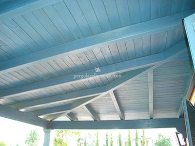 porche de madera acabado en azul pintado sobre madera natural