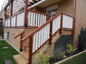 valla de madera en tono natural y blanco para terraza a ras