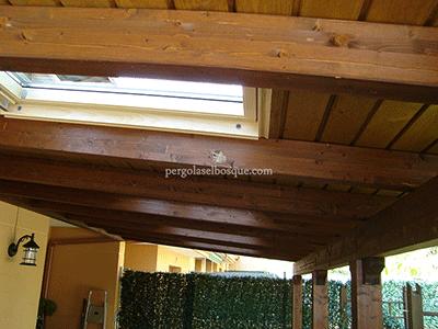 detalle de tragaluz ventana en porche realizado en madera