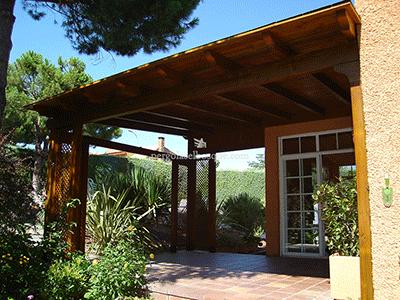 porche alto de madera decorado con celosías en las esquinas, lo que le da un aire más sofisticado al jardín