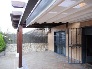 porche de madera sobre estructura de vigas cimentadas