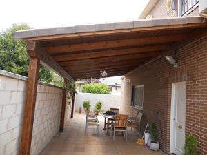 porche para cerrar zona de patio de la casa, hecho en madera y tejadillo de tejas