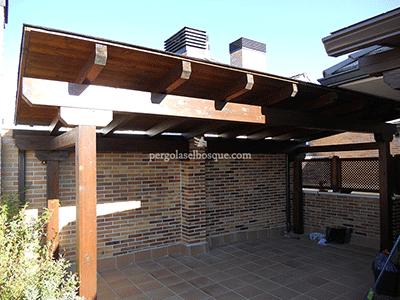 cerramiento de terraza con porche y celosías de madera