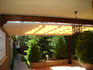 porche de madera con toldo en jardin