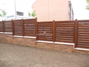 valla de madera escalonada para delimitar la finca
