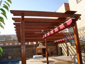 pérgola de madera con toldos y diferentes alturas para el jardín
