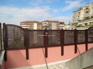 valla en terraza de casa de madrid con celosias