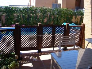 celosías separando jardín y piscina