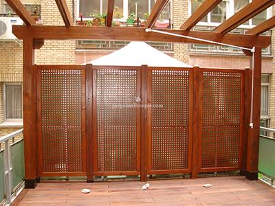 celosias de madera en terraza a modo de separador con vecino