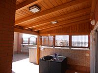 pérgola de madera en terraza combinada con celosías sobre murete