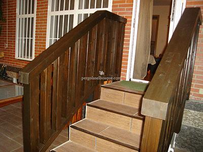 vallas en madera para escalera de salida a patio