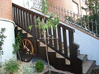 vallado y escalera de madera para entrada a vivienda