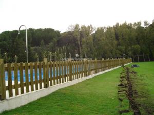 cercado de jardin con valla de madera típica