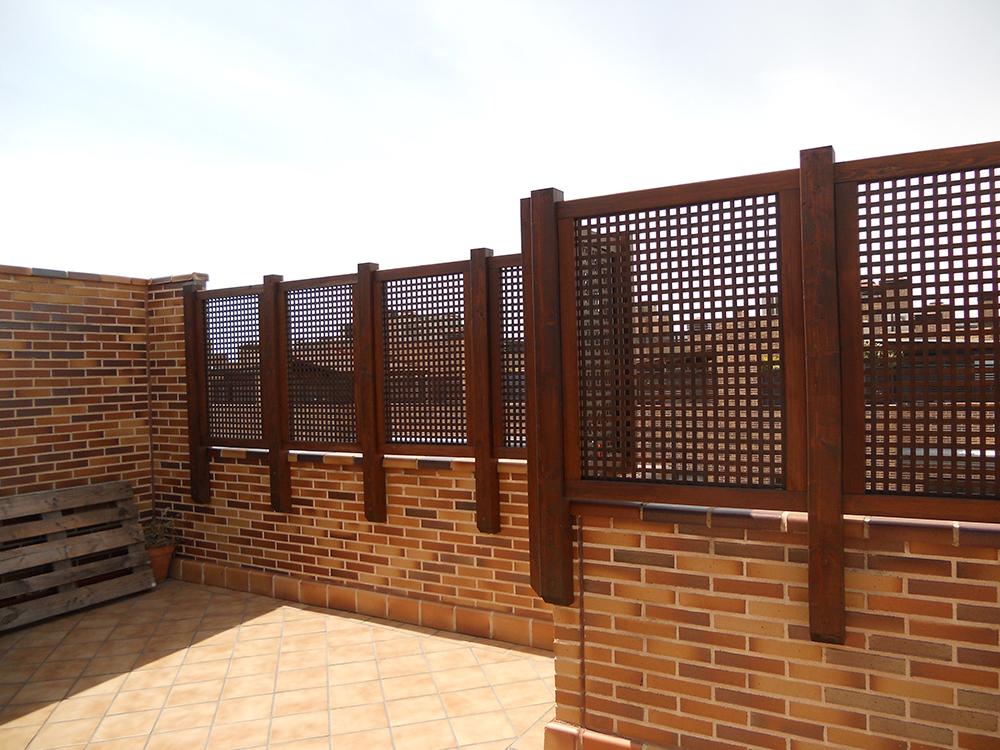 celosías altas sobre muro para tener intimidad en la terraza