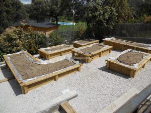 juego de jardineras hechas en madera de pino para terraza exterior