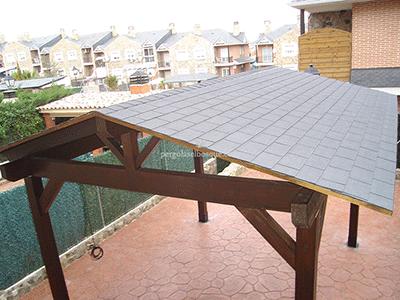 cenador simple de madera con tejadillo