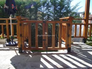 valla de madera con puertas de acceso a jardin