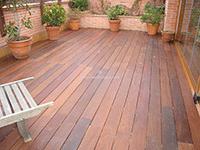suelo de madera que combina con la pérgola instalada