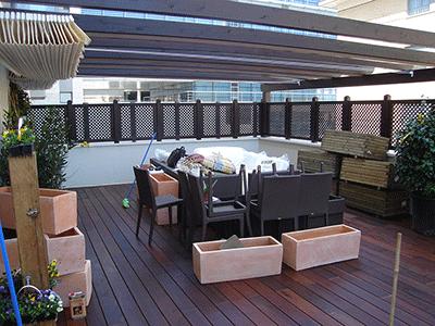 suelos de madera en tono oscuro para terraza luminosa