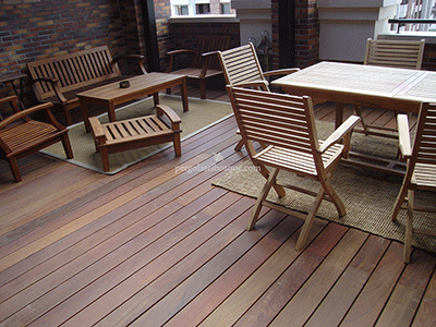 terraza con suelos de madera a juego con mobiliario y sus tonos, Madrid 2014