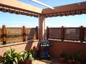 valla cercando terraza con celosias en madera