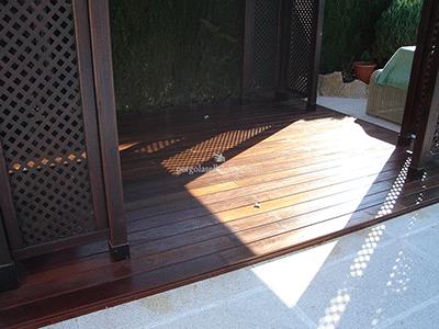 suelo de madera a láminas para zona exterior, en combinación con pérgola y celosías