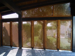 puertas hechas en celosías de madera para porche