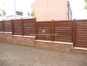 valla de madera con forma de escalones a distintas alturas