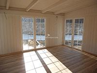 pergola, suelos y cerramiento de madera en acabo natural y lacado blanco, con acristalamientos