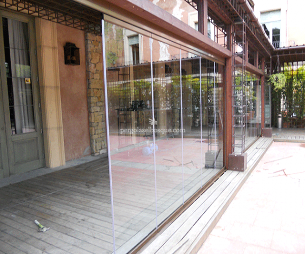 acristalamiento para cerrar porche con vigas y estructura de madera
