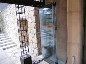 cerramiento abatible de cristal sobre estructura en madera