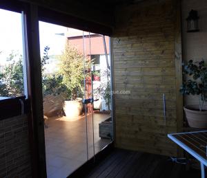 terraza con acristalamiento y estructura de madera